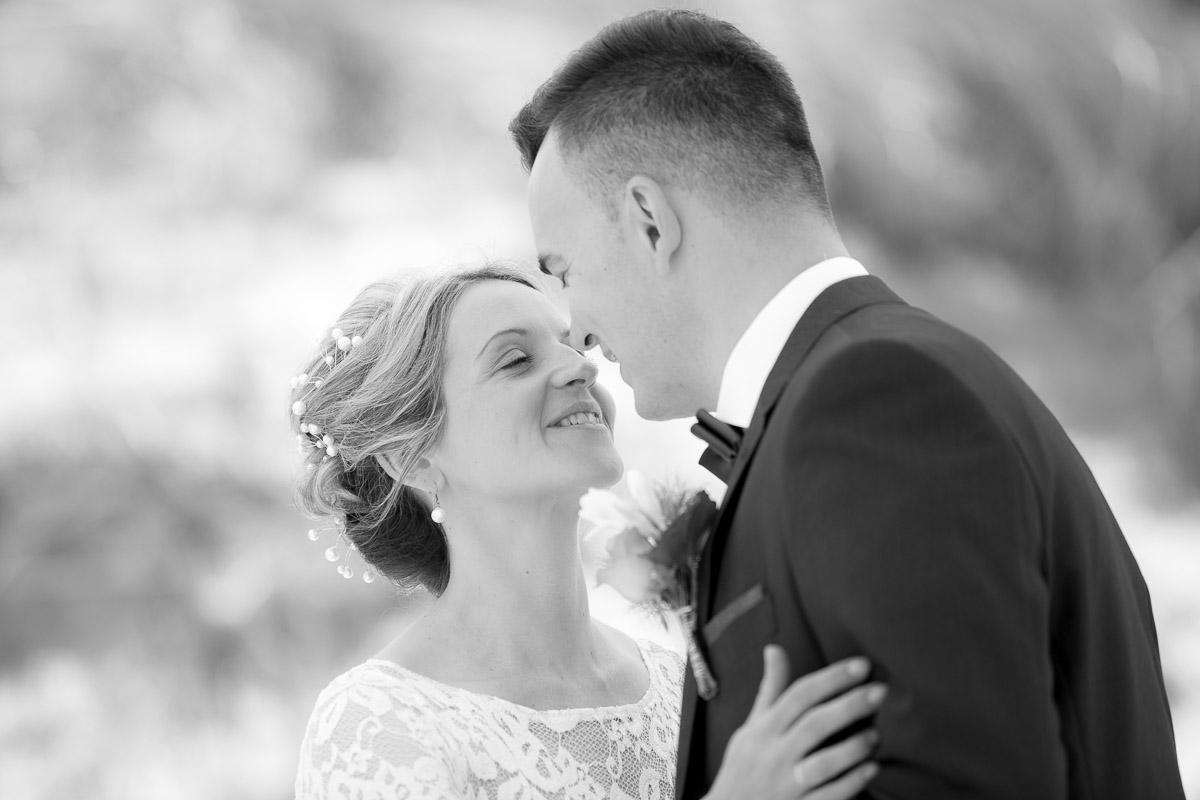 Brautpaar küssend am Strand von Rügen